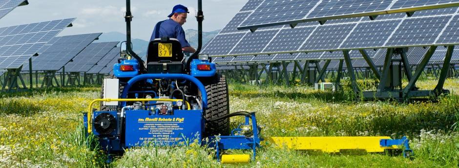 Macchina per il taglio dell'erba sotto le strutture dei moduli fotovoltaici